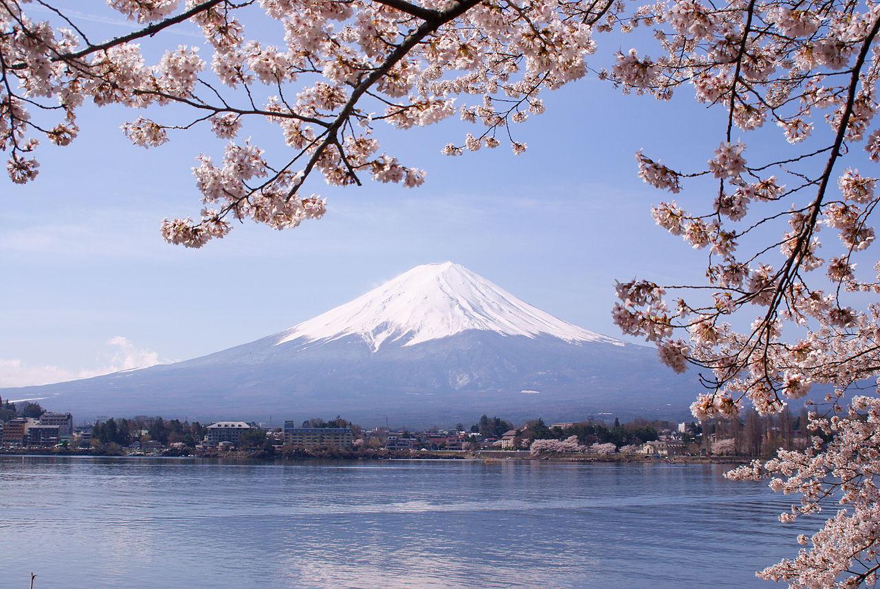 hồ Kawaguchiko và phía xa là ngọn núi Phú Sĩ